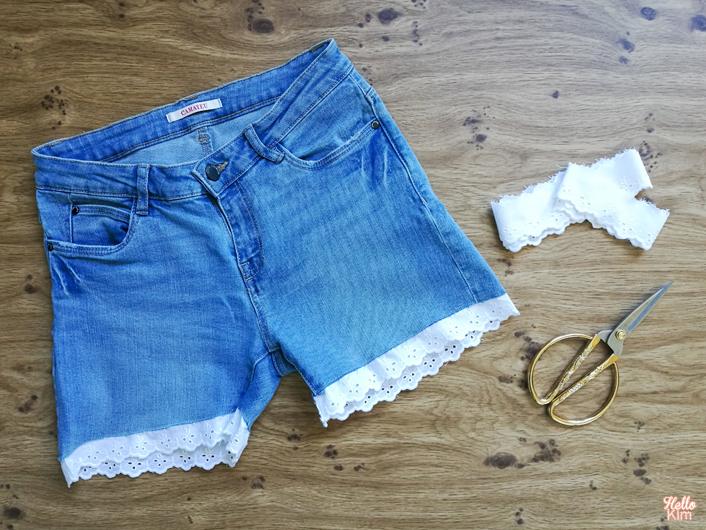 Découpe d'un jeans en short avec détail en dentelle