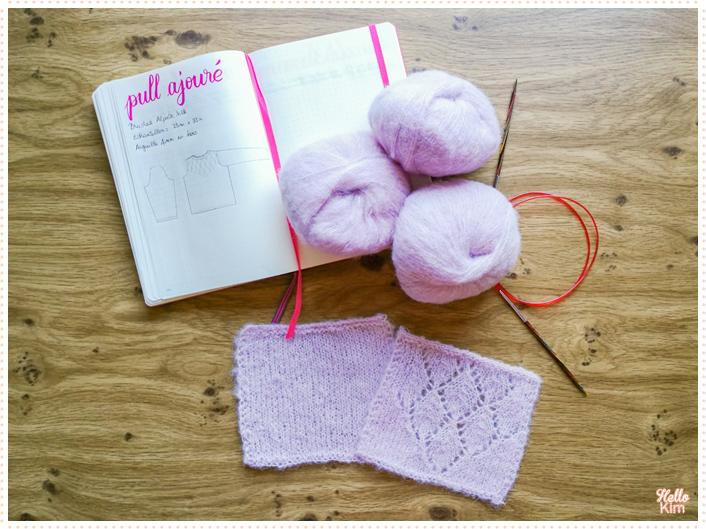 Échantillons avec la Drops Brushed aplaca silk en coloris rose poudré et croquis du pull ajouré, inspiré du pull Presque Sessun de clmandco